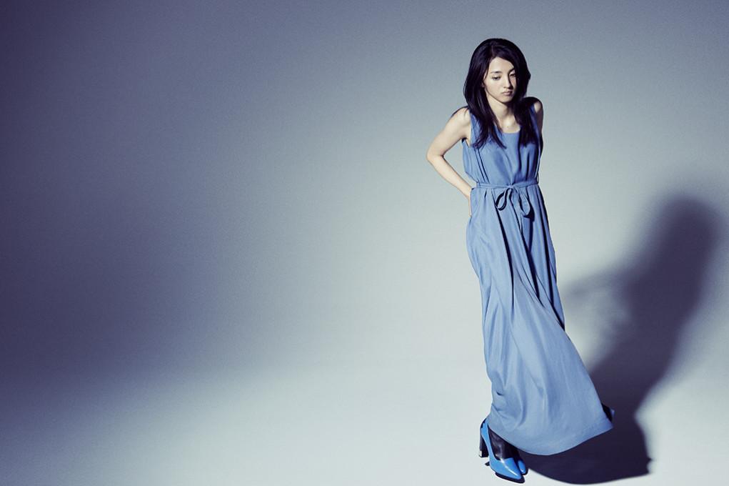 青いドレスの満島ひかり